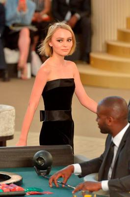 Johnny Depp S 16 Year Old Daughter Lily Rose Makes Runway Debut For Chanel Independent Ie